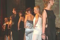 Hvězdný večer dětem patřil i manekýnkám, které se na pódiu představily v těchto modelech. Mezi krásnými slečnami se ocitl i jeden muž.