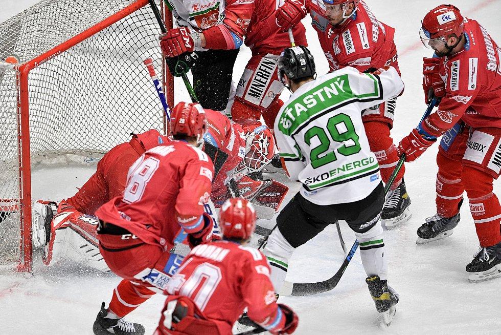 Semifinále play off hokejové Tipsport extraligy - 7. zápas: HC Oceláři Třinec - BK Mladá Boleslav, 15. dubna 2021 v Třinci. (střed) brankář Třince Ondřej Kacetl a David Šťastný z Mladé Boleslavi.