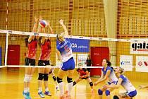 Sokolky (bílomodré dresy) v letošní sezoně opět končí ve čtvrtfinále. Nad jejich síly byly tentokráte hráčky nedaleké Ostravy.