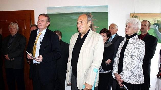 Milan Ressel (ve světlém saku) při vernisáži ve Staré Vsi nad Ondřejnicí.
