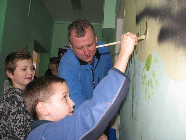 Třineckou knihovnu vLidické ulici nyní čeká velká rekonstrukce. Vsobotu 23.února se se starou budovou rozloučili čtenáři – dokonce mohli vyzdobit její stěny. Do malování se zapojili irodiče.