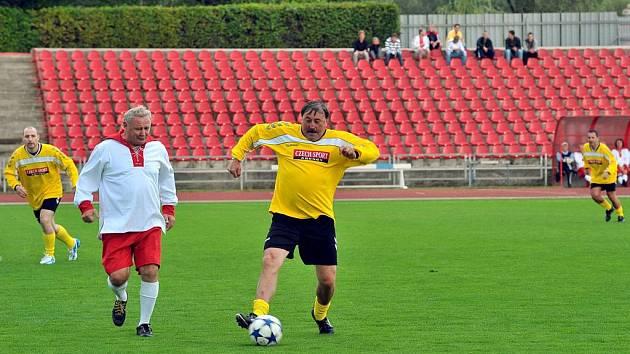Antonína Panenku (ve žlutém) si hlídá třinecký Petr Svoboda