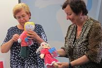Nejmenší žáci SŠ, ZŠ a MŠ, která sídlí v ulici Pionýrů, vystoupili v místecké knihovně v krátkém kulturním programu. Poté si děti prohlédly také panenky, které škola vyrobila.
