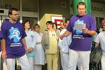 Na šedesát lékařů a zdravotnického personálu Nemocnice ve Frýdku-Místku se v úterý 20. listopadu sešlo na nádvoří areálu, aby vyslovili svůj nesouhlas s reformami ve zdravotnictví.