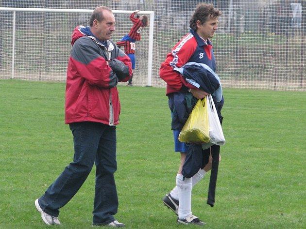 Trenér Fryčovic Miroslav Polášek (vlevo) odchází po utkání ze hřiště s nejzkušenějším fotbalistou na hřišti Václavem Pěcháčkem