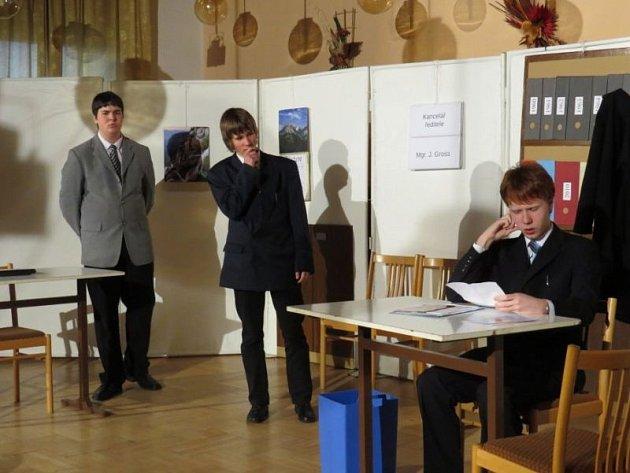 Studenti v místním Domě zahrádkářů odehráli hru Vyrozumění, kterou napsal bývalý prezident České republiky Václav Havel. Přítomným lidem se výkony studentů hodně líbily.