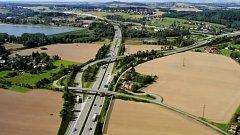 Vizualizace části obchvatu města v místě napojení D56 na budoucí část D48. Vybudování mostu, co je na snímku nejblíže, má na starosti zatím. Snímek: repro ŘSD
