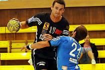 Frýdecko-místecká levá spojka Michal Vacula (v tmavém) bude trenérovi Kekrtovi několik týdnů scházet.