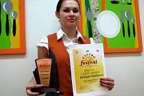 Kristýna Havlíková s pohárem a diplomem za třetí místo na nedávné soutěži.