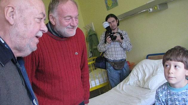 Luděk Sobota a Václav Hybš navštívili děti v nemocnici ve Frýdku-Místku.