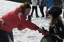 Milovníci lyžování si přišli na své v Řece. V sobotu ráno sice pršelo, už kolem poledne však v areálu vládlo takřka jarní počasí. Pro návštěvníky akce s názvem Super Snow Show byla připravena zábava na sněhu.
