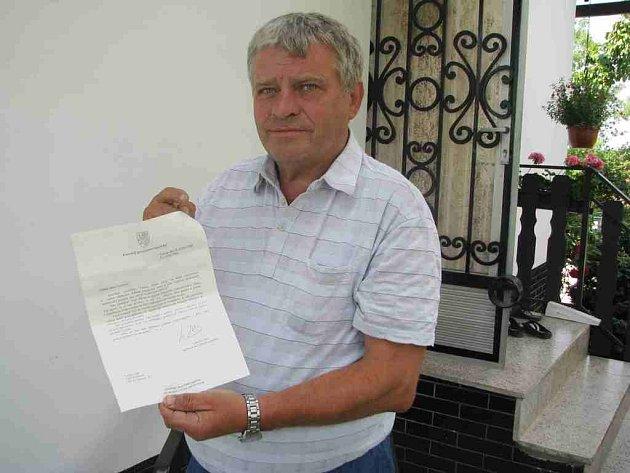 Emil Cymorek ukazuje dopis, který dostal od tajemníka Václava Klause. Muži oznámil, že prezident do sporu o odškodné nemůže vstupovat.