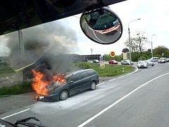 Zásah hasičů u požáru osobního auta.