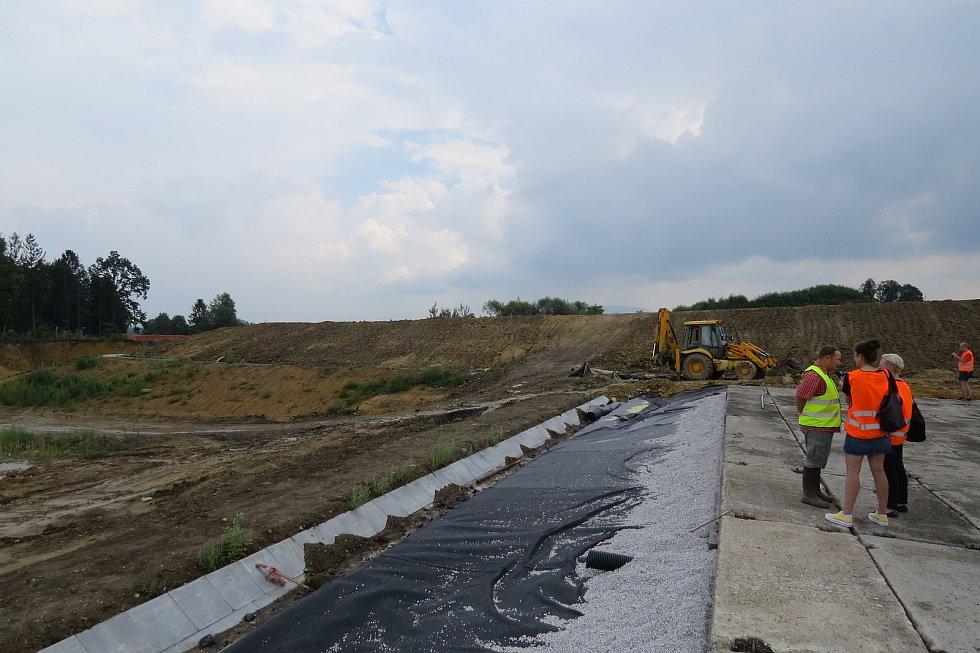 Skládka Skatulův Hliník, dávná ekologická zátěž v trase obchvatu Frýdku-Místku, byla vyčištěna a rekultivována.