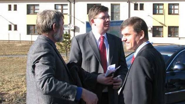 Návštěva Jiřího Pospíšila (uprostřed) ve Vyšních Lhotách. Věznice, o které loni hovořil, zde zatím není.