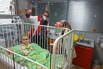 Každé úterý probíhají v Nemocnici Třinec klaunské návštěvy, které pomáhají nemocným dětem, jejich rodičům i zdravotnickému personálu.