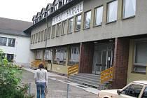 Hotel Horal a sousední kulturní dům získal Bedřich Čmiel v polovině devadesátých let. Navíc si od města  půjčil šest milionů korun. Nyní ho radní k úhradě dluhu vyzvali.