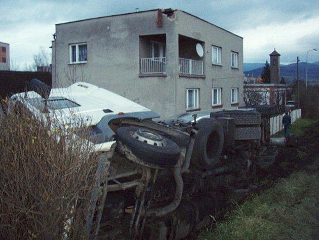 Dopravní nehoda cisterny s aditivem v Třinci.