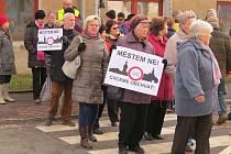 Ve Frýdku-Místku se v pátek odpoledne uskutečnila blokáda silničního průtahu, po kterém denně jezdí desetitisíce vozidel.