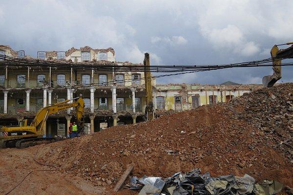 Jako po výbuchu bomby to nyní vypadá vareálu bývalé přádelny vNádražní ulici ve Frýdku-Místku. Dělníci se pouští do demolice obvodových stěn. Zmohutné továrny toho už mnoho nezbylo.
