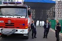 ČLENOVÉ SDH GUTY pravidelně asistují při různých společenských a sportovních akcích. Snímek je z benefičního koncertu Srdce Evropy na náměstí Svobody, kde hasiči mimo jiné kontrolují, zda je zajištěna bezpečnost  lidí a objektů před závěrečným ohňostrojem