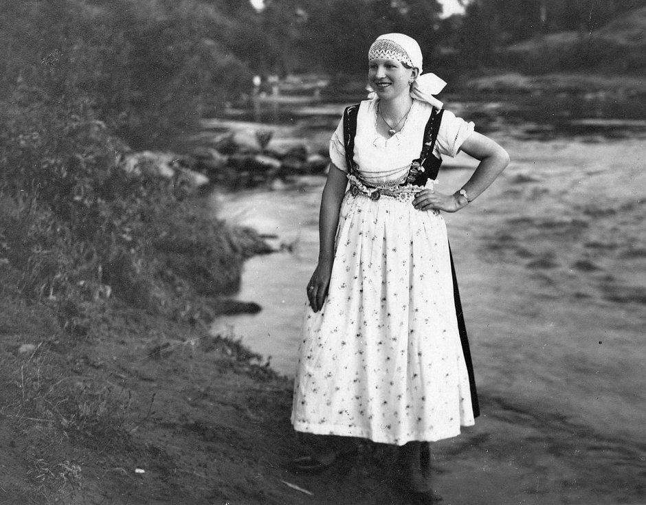 Hrádecká vdaná žena v těšínském kroji u kultovní řeky Olzy. Fotografoval Karel Kaleta kolem roku 1937.