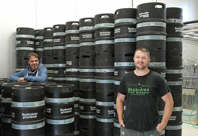 Voda zLysé hory, to je základ už přibližně sedmi desítek různých  produktů pocházejících zBeskydského pivovárku vobci Ostravice. Dušan Holý vlevo.