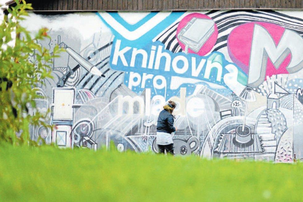 Graffiti stěna začala vznikat během celostátního Týdne knihoven. Knihovna Třinec chce její pomocí zviditelnit především Mklub, oddělení knihovny pro mladé.
