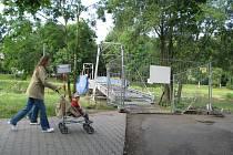 Lávka pro pěší u místeckých tenisových kurtů prochází rekonstrukcí a je proto zcela uzavřena. Opravy potrvají skoro až do konce prázdnin.