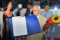 Eduard Machaczek převzal cenu z rukou starostky Věry Palkovské.