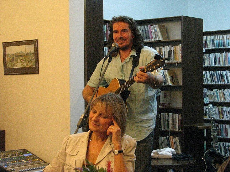 Zejména milovníci poezie si v pátek 5. listopadu nenechali ujít křest nové knihy spisovatelky Lydií Romanské, který se uskutečnil v Městské knihovně na Jiráskově ulici ve Frýdku-Místku.