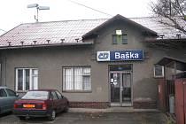 Na této vlakové stanici v Bašce fyzicky napadli opilí mladíci výpravčího, který po jejich útoku skončil v pracovní neschopnosti.