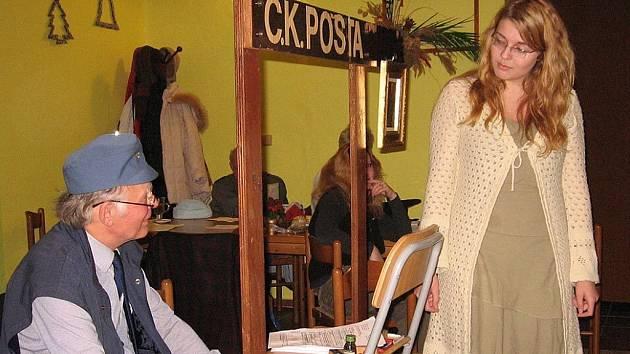 JIŘÍ FIGURA v divadlení hře představuje Vladimíra Vaška, asistuje mu Helena Švihelová jako Doda Bezruczová.