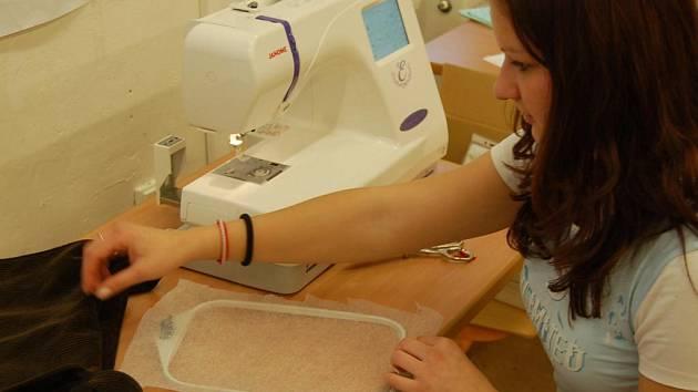 Studentka třetího ročníku oboru Operátor oděvní výroby – oděvní výroba Kristýna Šouvalová se chystá na vyšívání.