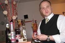 Pavel Štrba slaví úspěchy na barmanských soutěžích po celé republice, navíc učí nové adepty na Střední škole gastronomie, oděvnictví a služeb ve Frýdku-Místku.