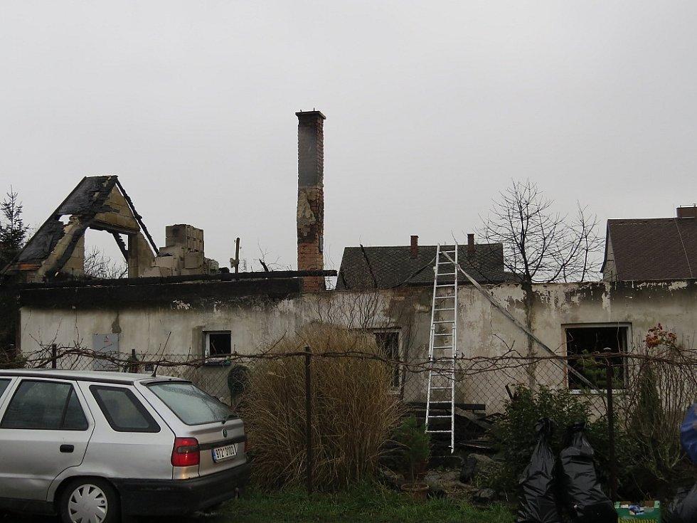 Následky požáru rodinného domu ve Starém Městě.