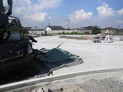 Ve Sviadnově finišuje výstavba kruhového objezdu.