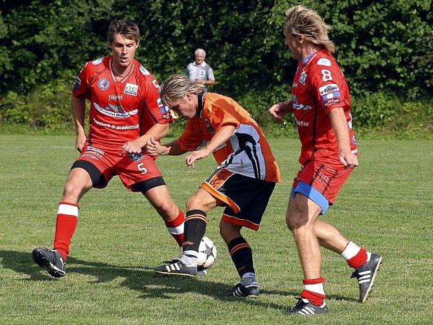 Ilustrační foto. Třinečtí Oceláři Ivan Švarný (vlevo) a Tomáš Pácal (vpravo) si v benefičním zápasu v Nýdku neporadili s hbitým Robertem Martynčekem z Nýdku (uprostřed).