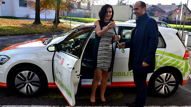 Předání nového elektromobilu před třineckým magistrátem.