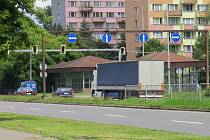 """Ve Frýdku-Místku se o víkendu opravuje asfaltový povrch nejfrekventovanější křižovatky ve městě """"U Vykopnutého""""."""