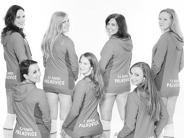 Volejbalistky Palkovic nafotily odvážný kalendář.