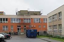 ZŠ TGM ve Frýdlantě nad Ostravicí dostává nový kabát. Osmnáctimilionová investice umožnila výměnu oken na všech sedmi blocích a zateplení školy.