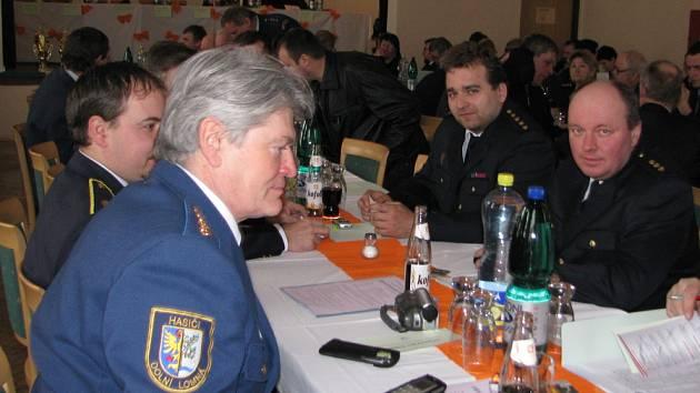Dobrovolní hasiči z Jablunkovska na nedávném setkání v Dolní Lomné. Zcela vpravo sedí Jaromír Gruszka z SDH Horní Lomná.