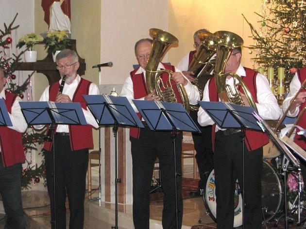 Dechový orchestr Jablunkovanka zahrál koledy vmosteckém kostele sv. Hedviky.