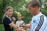 Linda Siudová si nechávala podepsat hráče na ruku. Právě získává podpis kondičního trenéra Pavla Kubiny Igora Horyla.
