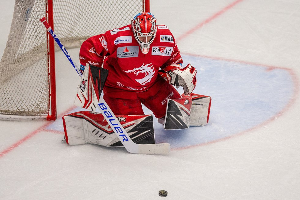 Finále play off hokejové Tipsport extraligy - 1. zápas: HC Oceláři Třinec - Bílí Tygři Liberec, 18. dubna 2021 v Třinci. Brankář Třince Ondřej Kacetl.