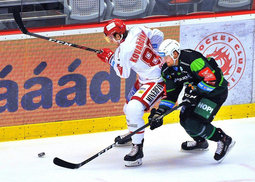 Třinec (v bílém) proti Karlovým Varům.