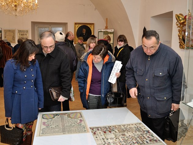 Návštěvníci si prohlížejí výstavu nazvanou Znáte svůj rodokmen?, která je k vidění ve frýdeckém zámku.