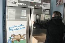 V regionu přibývají automaty na mléko. Nově mohou lidé čerstvé mléko odebírat z přístroje, který je ve vestibulu obchodního domu v Oldřichovicích.