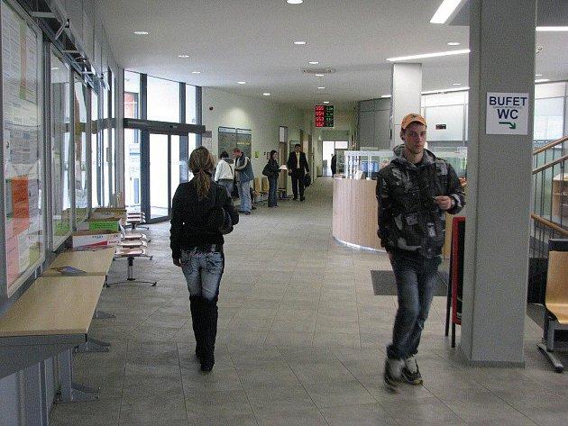 Úřad práce ve Frýdku–Místku minulý rok vyplatil na mzdách zaměstnancům krachujících firem zhruba desetkrát více než ještě před dvěma roky. Situace se stále zhoršuje.